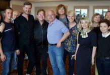 Elton John mit Aktivisten