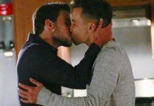 Connor und Oliver küssen sich