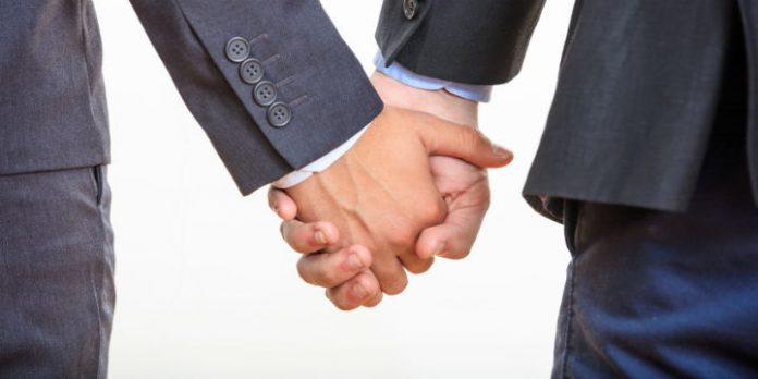 Symbolbild: Händchenhaltendes Paar