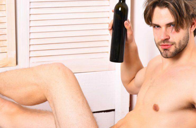 Mann mit Weinflasche - Symbolbild