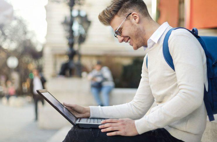 Mann mit Laptop - Symbolbild