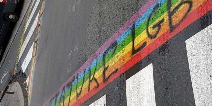 Regenbogen-Zebrastreifen Paris
