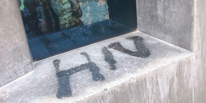 Beschädigung am Homo-Monument Berlin