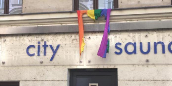 Verbrannte Regenbogenflagge vor der Apollo Sauna