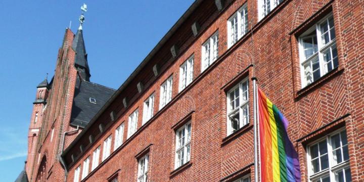 Rathaus Köpenick mit Regenbogen-Flagge