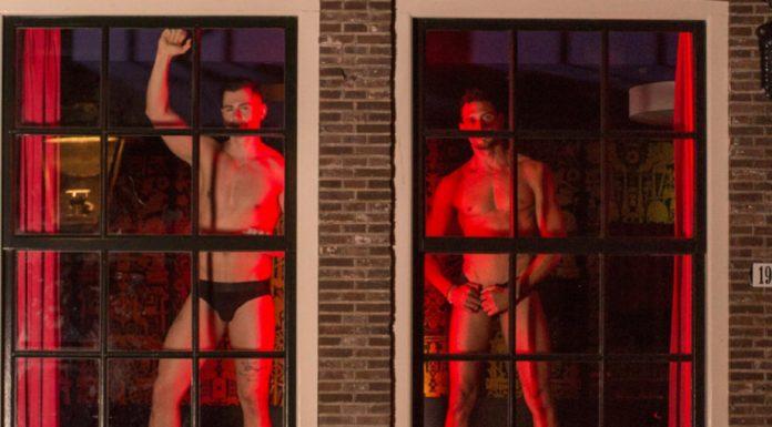 Amsterdam: Männer in den Roten Fenstern