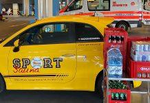 Sportsauna-Wagen beim Ausladen der Spenden