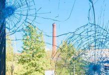 Zerstörtes Fenster im Schwulen Museum