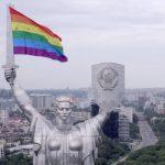 """""""Mutter der Nation"""" mit Regenbogenflagge"""