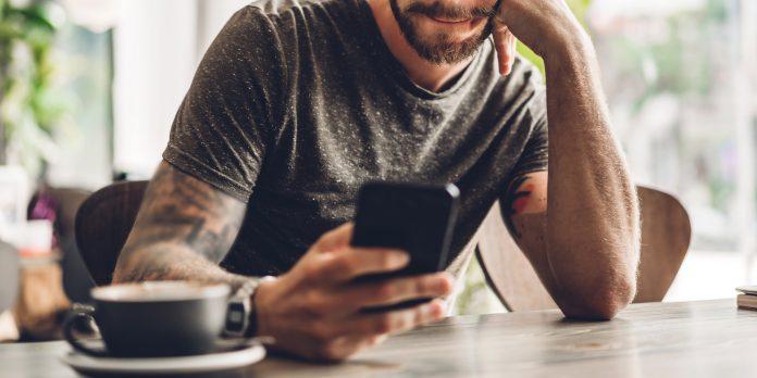 Sujetbild: Mann mit Handy
