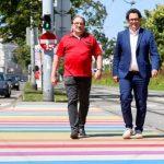 Zatlokal und Reiter auf dem Regenbogen-Zebrastreifen