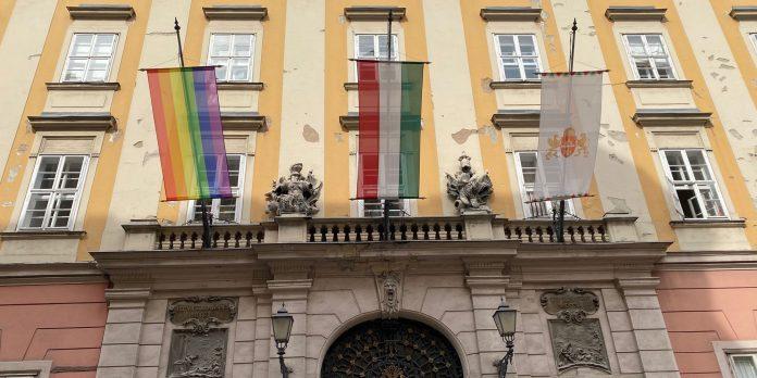 Regenbogenflagge am Rathaus von Budapest