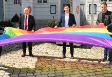 Vertreter des Parlaments mit Regenbogenflagge