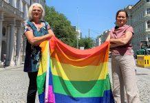 Anja Hagenauer und Martina Berthold mit Regenbogenfahne