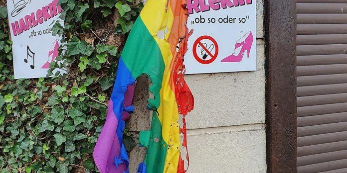Regenbogenflagge vor dem Harlekin